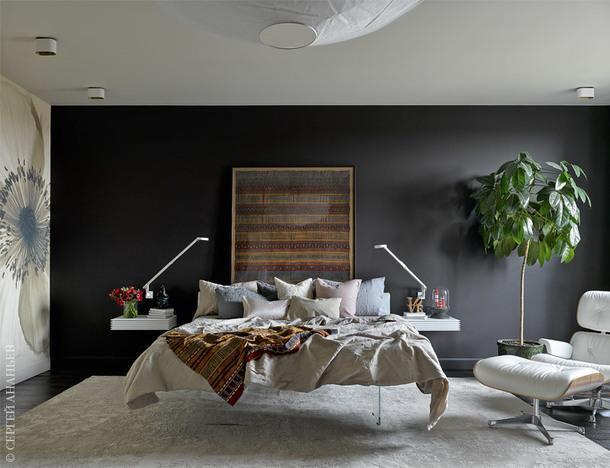 Спальня. Кровать, Lago; прикроватные столики, Porada; кресло, Vitra; люстра, Ingo Maurer; точечные светильники на потолке, Modular; бра, Rotaliana; текстиль, H&M Home; обои, Wall &Deco; панно с тканью, Суматра, XIXвек.