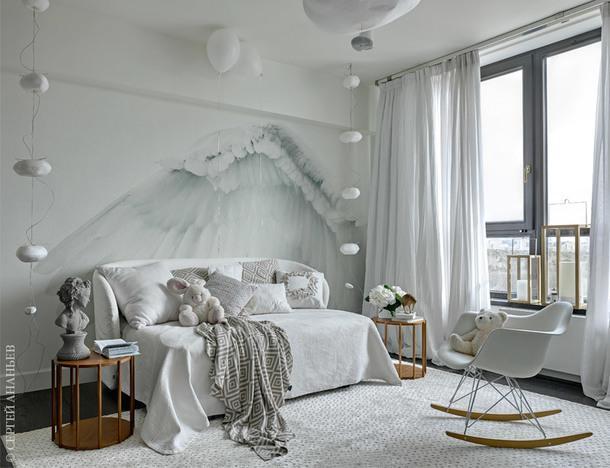 Гостевая комната. Кровать, Flou; столики, Porada; кресло-качалка, Vitra; светильники, Céline Wright; обои, Wall &Deco; ковер, Dovlet House.