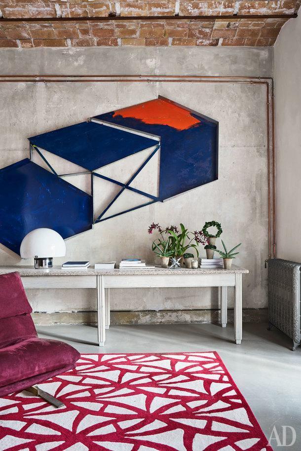 Гостиная. Стол винтажный. Над столом арт-объект художника Хосе Педро Крофта из галереи Senda в Барселоне. Ковер сделан на заказ по эскизам дизайнера.