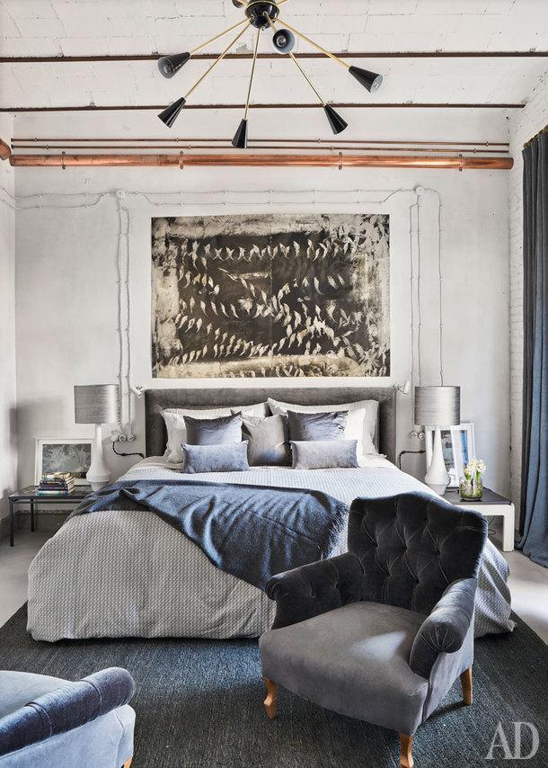 Спальня. На потолке светильник Sputnik. Кровать сделана на заказ по эскизам дизайнера. На кровати покрывало из шерсти альпаки, Jaime Beriestain Concept Store.