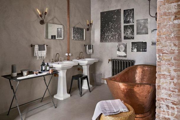 Ванная комната. Раковины винтажные. Отдельно стоящая ванна из меди. Радиатор, Roca.