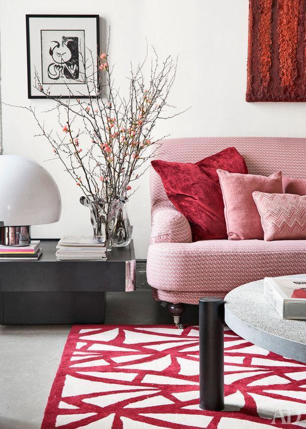 Фрагмент гостиной. Диван Oxford, сделан по эскизам дизайнера компанией Grupo Lamadrid. Черный журнальный столик, дизайнер Вилли Риццо.