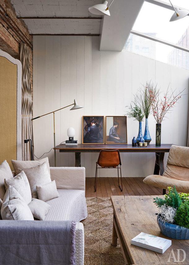 Гостиная у террасы. Слева ширма, сделана на заказ по эскизам дизайнера. Льняные чехлы на диванах из коллекции Хайме Берештайна для Grupo Lamadrid. Столы, Jaime Beriestain Concept Store. Настольная лампа, Stilnovo.