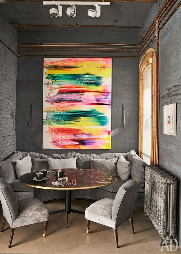 Зона столовой. Диван и стол выполнены на заказ по эскизам дизайнера. Радиаторы, Roca. Над диваном картина