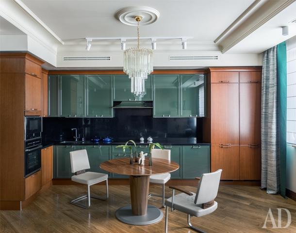 Кухня-столовая. Кухня, итальянская компанияAster, ореховый шпон + лак; стол и стулья, немецкая компанияWossner.