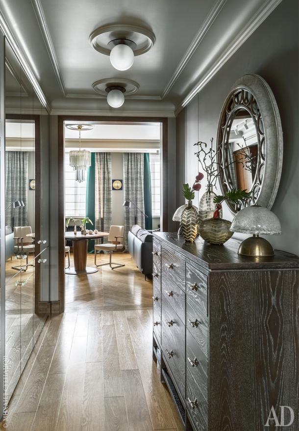 """Коридор. Стенные зеркальные шкафы сделаны на заказ, компания Neves; черный американский комод, Richmond Home; ручки на зеркальном шкафу,<br /> Maru Studio; зеркало и вазы, школа-студия """"Детали""""; лампы-медузы на комоде, винтажные, Италия, 70-е годы, от галереи 20th Century Lamps."""
