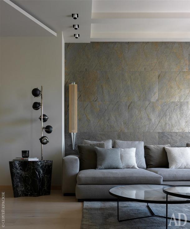 Фрагмент гостиной. Стена за диваном отделана каменным шпоном.