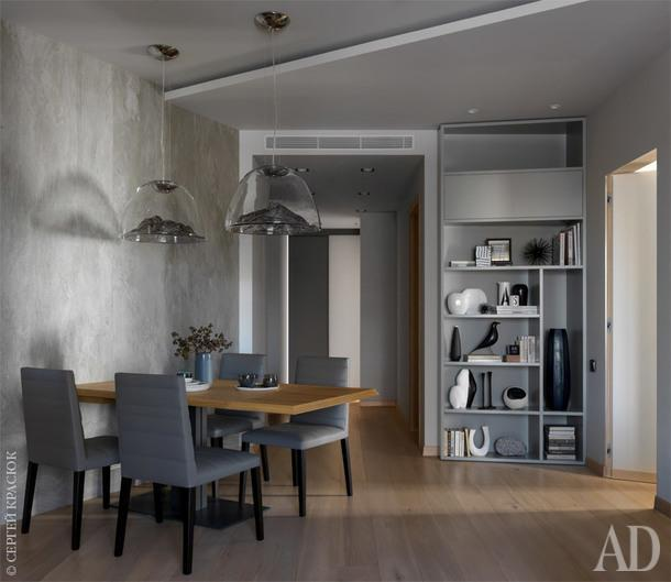 Столовая группа. Стол, Cattelan Italia; стулья, Poltrona Frau. На столе ваза, Design Boom; тарелки, HomeNoir; стекло, магазин