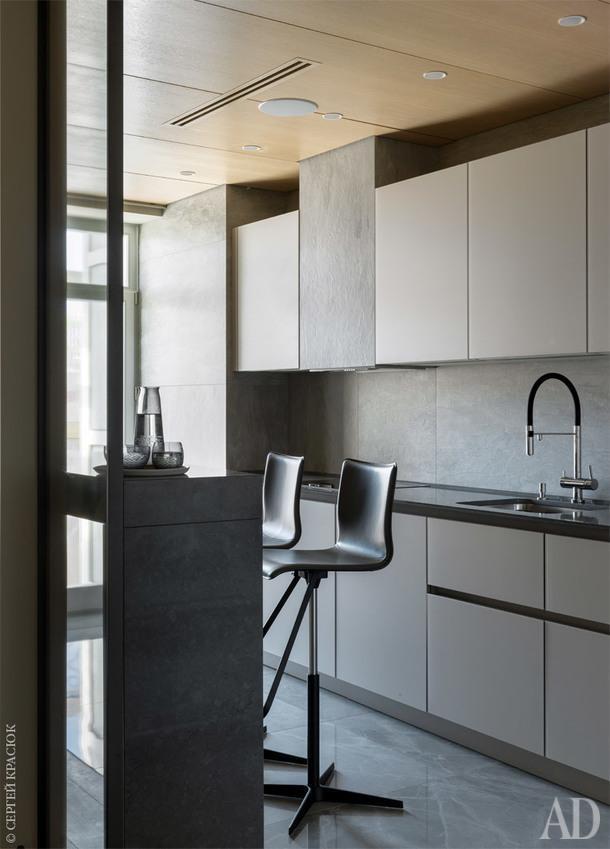 Фрагмент кухни. Барные стулья, Cattelan Italia; аксессуары, Design Boom;<br /> фарфоровый сервиз, KS ceramics.