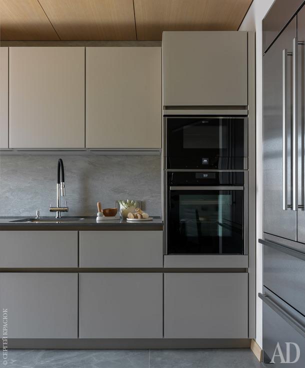 Фрагмент кухни. Нордическое настроение здесь создает сочетание белых фасадов шкафов, матового стекла и светлого дерева.
