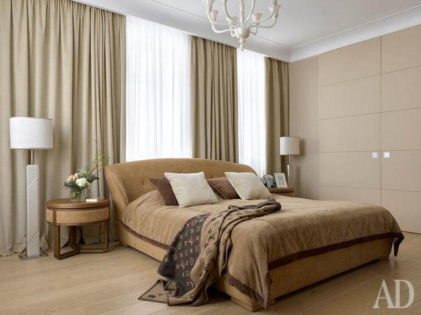 Спальня. Кровать и тумбочки Ulivi, люстра De Majo, кожаные раздвижные двери истеновые панели изготовлены на заказ.