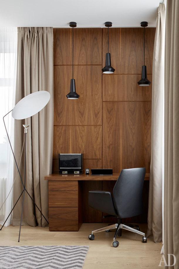 Кабинет хозяина квартиры. Кресло и пуф Poltrona Frau, торшер Ligne Roset, ковер The Rug Company, стол и стеновые панели изготовлены на заказ.