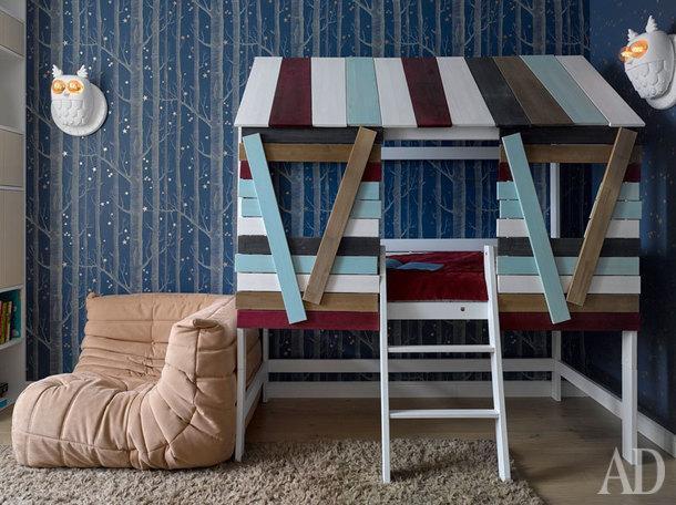 Комната сына. Обои Cole and Son, кровать Kidsrooms.club, пуфик Ligne Roset, светильники Karman, стеллаж изготовлен на заказ.