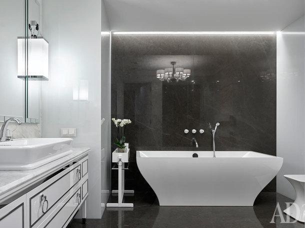 Ванная комната при спальне. Раковина с тумбой и зеркалом Oasis, ванна Villeroy&Boch, пуф Gessi.