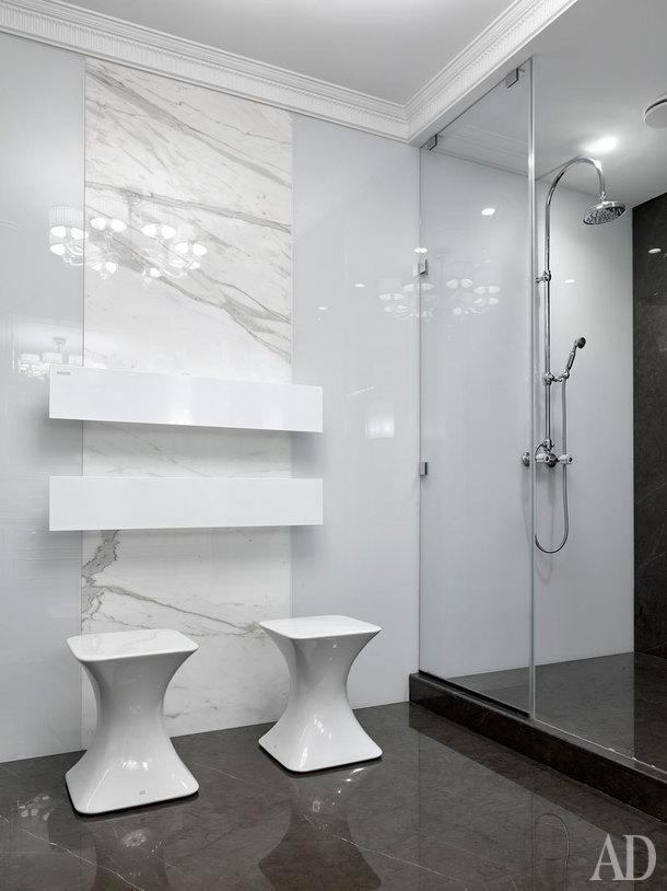 Ванная комната при спальне. Пуфы Gessi, смеситель Bongio, электрические полотенцесушители Antrax It.