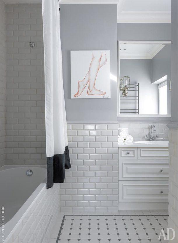 Ванная комната. На стенах плитка, Vallelunga; на полу керамогранит, нарезанный по чертежам дизайнера; бра, Eichholtz; мозаика, Hisbalit.