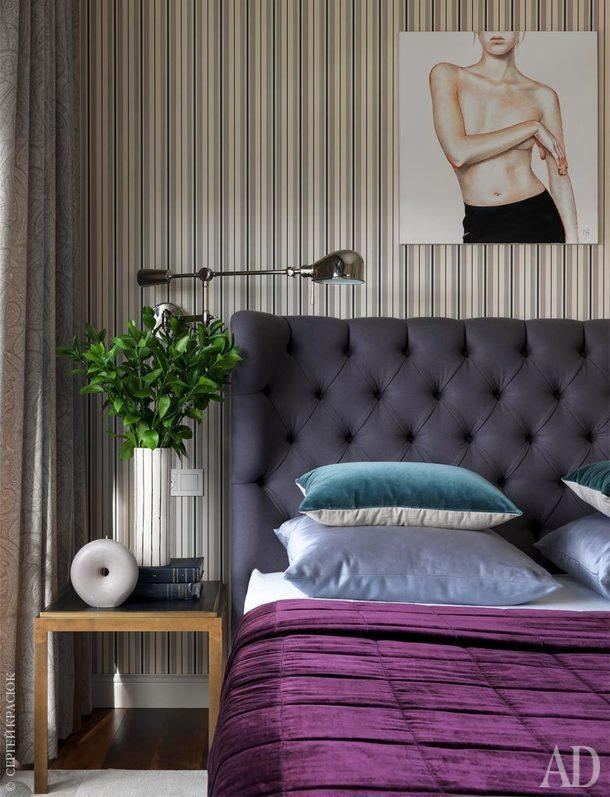 Фрагмент спальни. Столик, Create & Barrel; аксессуары, Zara Home; керамика, Dress Your Space; текстиль на кровати, Loffilab;бра, Ralph Lauren Home.