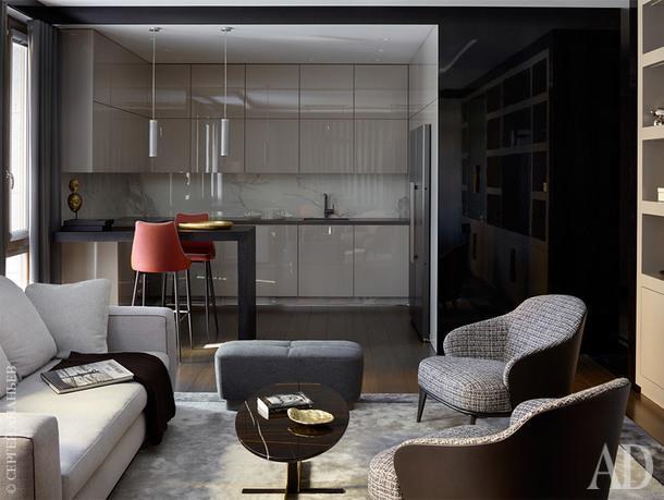 Вид из гостиной на кухню. Черные лакированные панели, как и все столярные изделия, изготовлены по эскизам дизайнера компанией Музейные Технологии