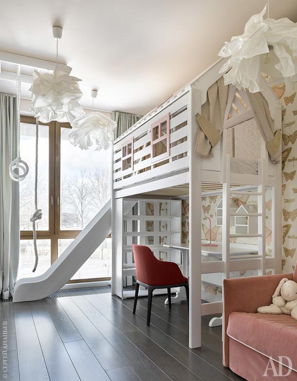 Детская. Мебель, Cleveroom. Кроватка-домик, горка, рабочий стол изготовлены в столярной мастерской по эскизам авторов проекта.