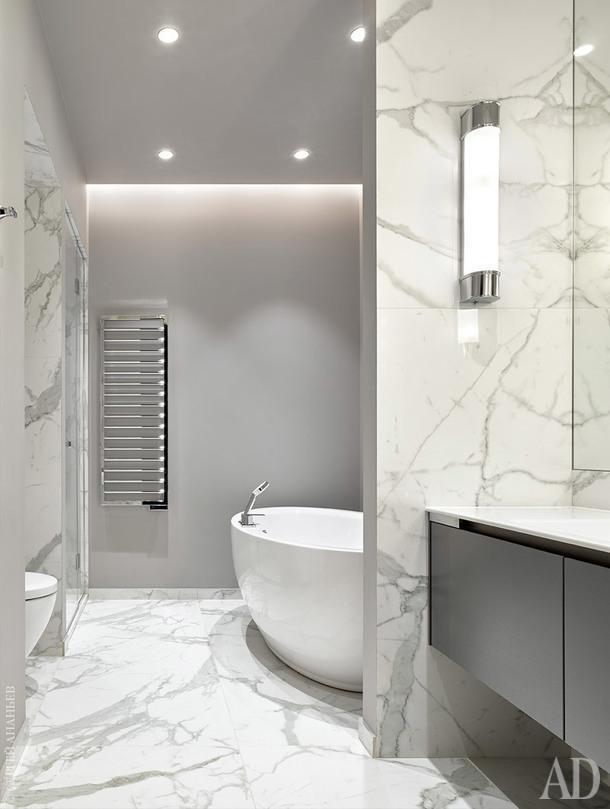 Ванная комната облицована керамогранитом под мрамор, стены покрашены Bengamin Moor, поставка сантехники, LV-studio.