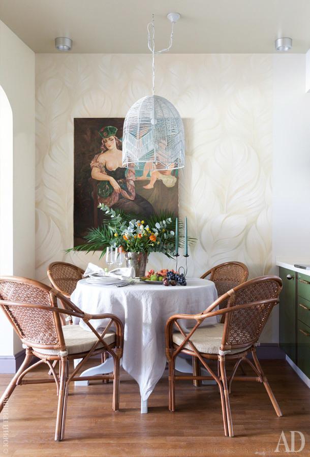 Столовая. Плетеные изтика кресла куплены в Москве; светильник сделан на заказ. Картина Ладо Гудиашвили.