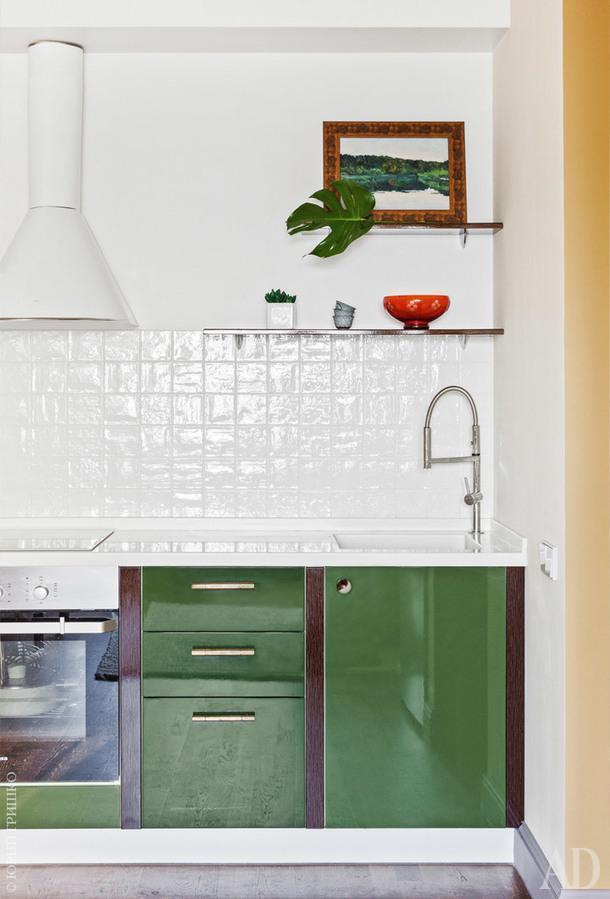 Кухня сделана на заказ. От верхних шкафчиков отказались, чтобы неперегружать интерьер. Картина Виктора Дмитриевского.