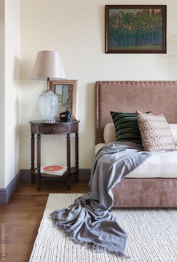 Фрагмент гостиной. Диван, он же гостевая кровать, сделан на заказ. Живопись Виктора Дмитриевского.
