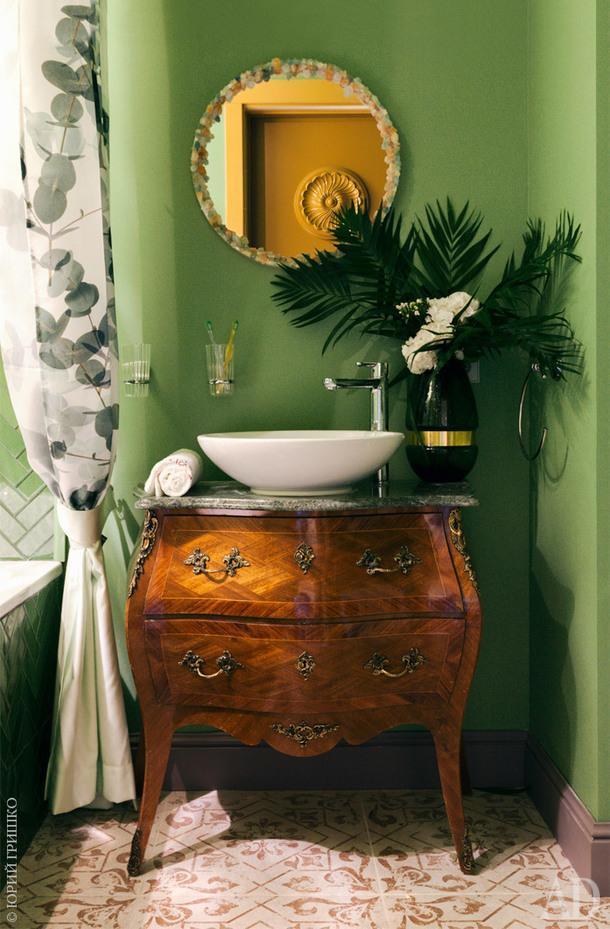 Подстолье раковины сделано из антикварного комода. Зеркало куплено в IKEA и украшено самоцветами.