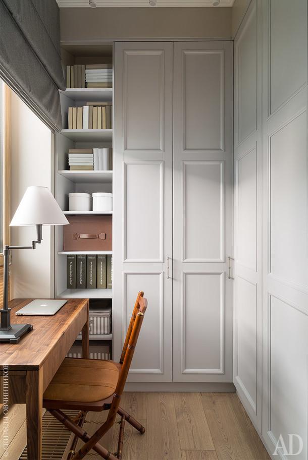 Гардеробная при спальне – с закрытыми шкафами и удобным рабочим местом.