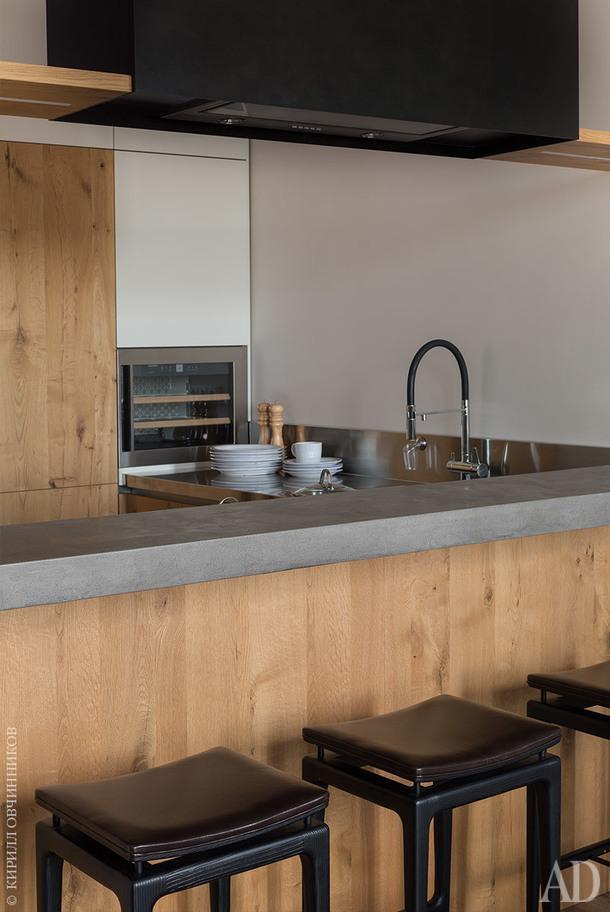 Кухня. Стоя на кулинарной вахте, можно любоваться видом на МГУ и Воробьевы горы.