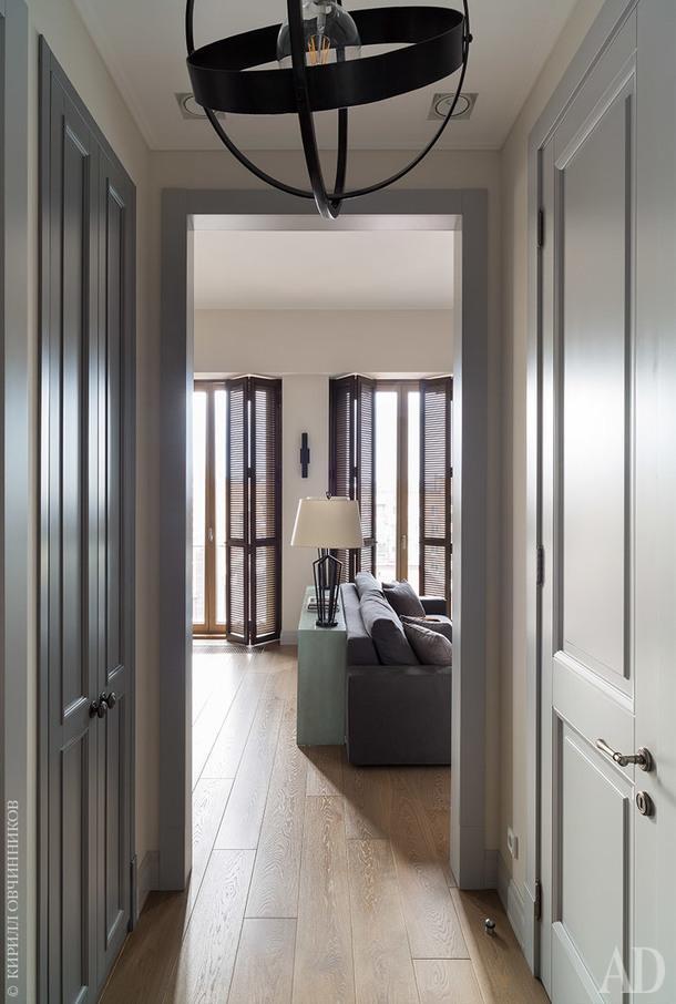 Вид из коридора на гостиную. Слева – кухня, справа – гостевой санузел и гардеробная.