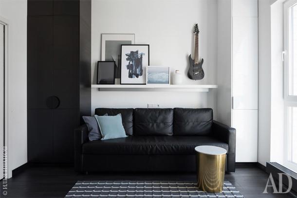 Столик придиванный и подушки, Target; постеры, Desenio; шкафы, диван и ковер, IKEA; кашпо, Zara Home.