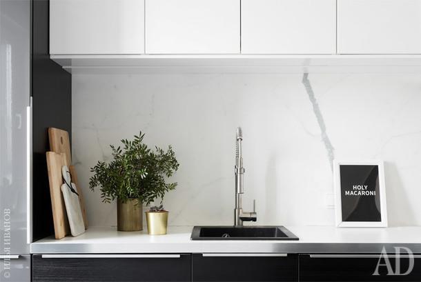 """Фрагмент кухни. Фартук выполнен из крупноформатного керамогранита под мрамор, Marmi Maximum. Навесные шкафы из белого глянца подняты на высоту 80 см над рабочей поверхностью — компромисс между """"воздухом"""" и хранением."""