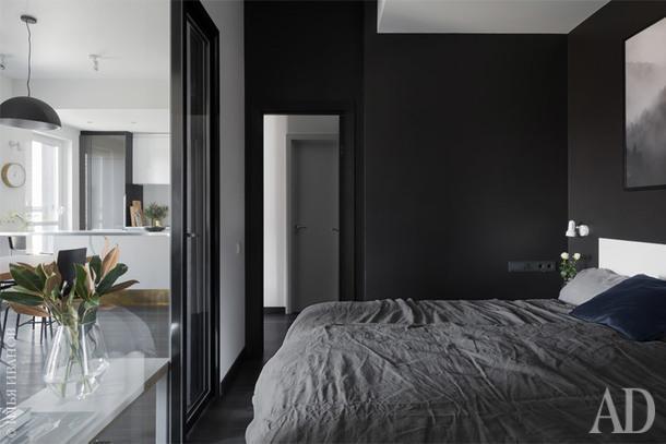 Вид из гардеробной на кровать. Льняное постельное белье и ваза, H&M Home.
