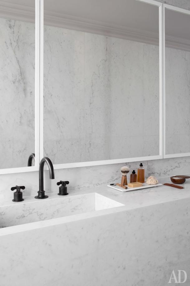 Фрагмент ванной. Мебель и стены облицованы каррарским мрамором.