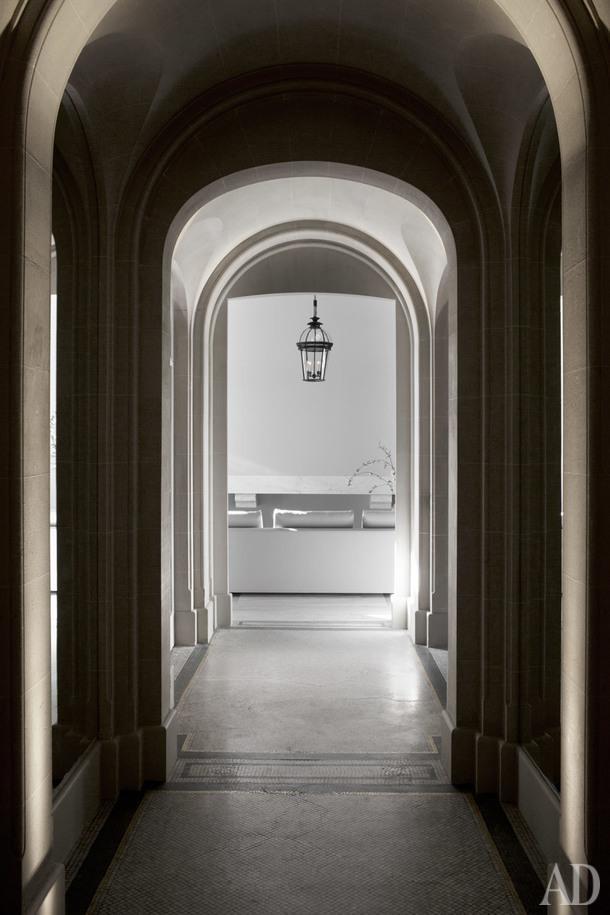 Коридор, соединяющий прихожую и гостиную, навеян архитектурой версальской оранжереи.