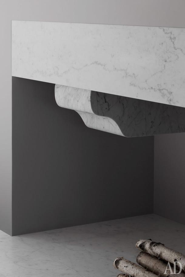Мраморная деталь камина — аллюзия классической архитектуры.