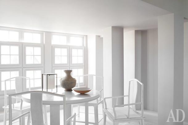 Столовая. Мебель сделана на заказ по дизайну Аллана. Оконные рамы сделаны по образу дверей в Оксфорде.