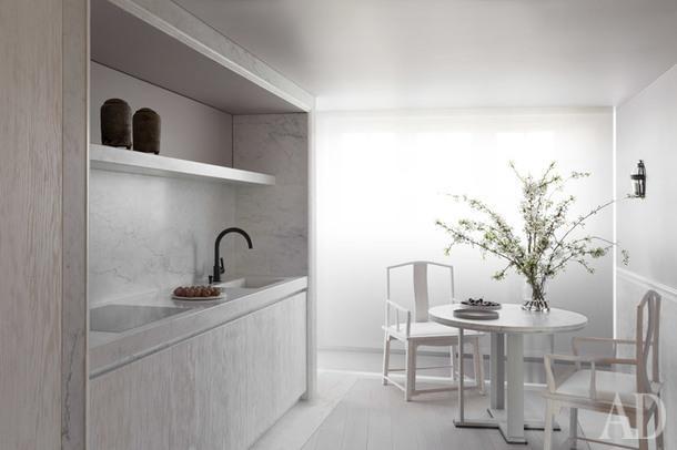 Кухня. На этом снимке видно, что стены в квартире не белые, как это может показаться, а светло-серого оттенка.