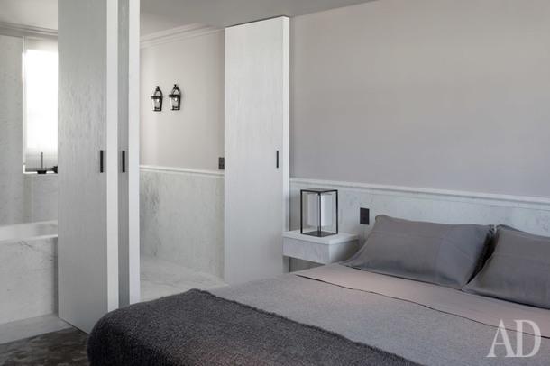 Спальня и ванная спроектированы как единое целое, их разделяют только раздвижные двери из брашированного дерева.