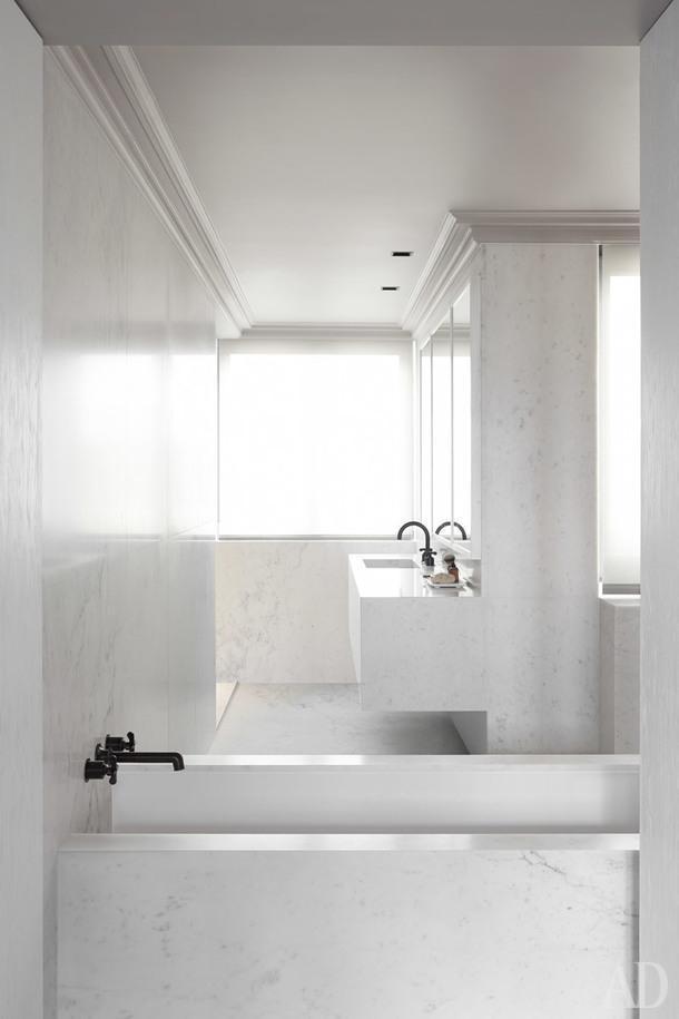 Интерьер ванной комнаты строится на четкой геометрии.