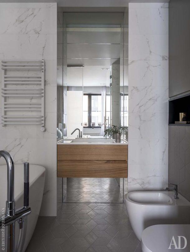 В ванной унитаз и биде, Duravit; полотенцесушитель,Arbonia;<br /> смеситель ванны,Jacob Delafon. Стены облицованы керамогранитом, Porcelanosa, а на полу лежитплитка, Mutina.