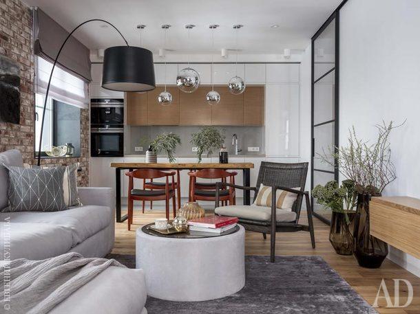 Общественная зона гостиной поделена на три части: кухня, столовая и гостиная. Кресло, Crate and Barrel. Столик сделан на заказ. Ковер,Dovlet House.