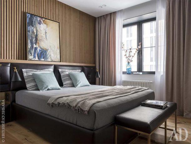 Спальня.Реечнаяпанель, изголовье, кровать и банкетка сделаны на заказ.