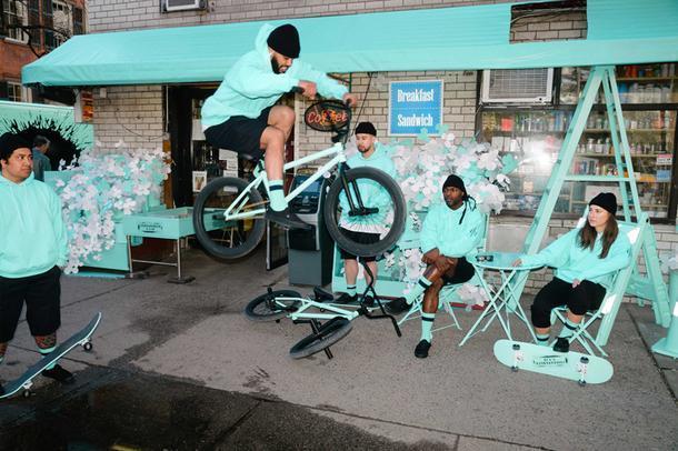 Нью-Йорк раскрасили фирменным цветом Tiffany
