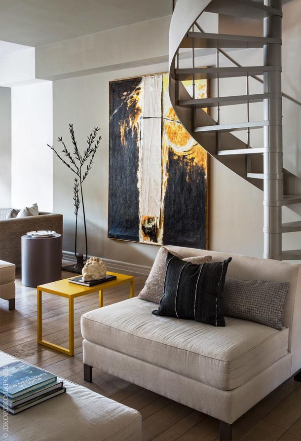 Фрагмент гостиной. Лестница ведет на чердак итеррасу. Столики по дизайну Андреа Трульё.