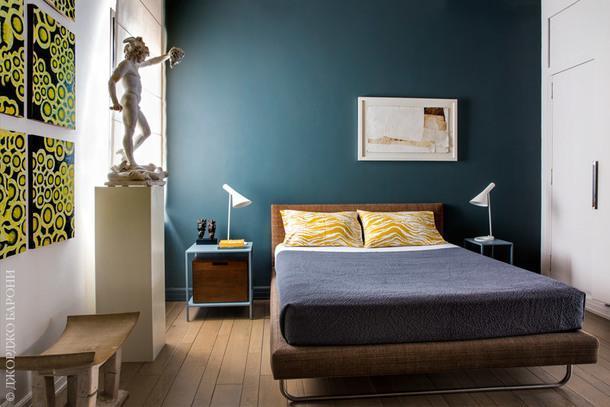 """Спальня. На прикроватных столиках лампы AJ по дизайну Арне Якобсена для Louis Poulsen. На постаменте копия """"Персея"""" Челлини работы Адамо Тадолини."""