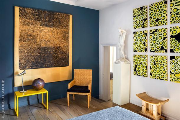 Фрагмент спальни. Панно справа работы художника Альберто Ди Фабио. На стене слева — работа художника Доменика Бьянки.