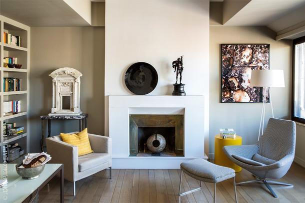 Гостиная. На стене висит фотография работы Фьоренцо Никколи. Торшер Kundalini и кресло Metropolitan, все B&BItalia. Желтый столик подизайну Андреа Трульё.