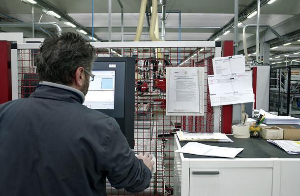 Станок, управляемый с компьютера, делает в стенках мебельного каркаса все необходимые для сборки иустановки петель икреплений отверстия, а также пазы под заднюю стенку.